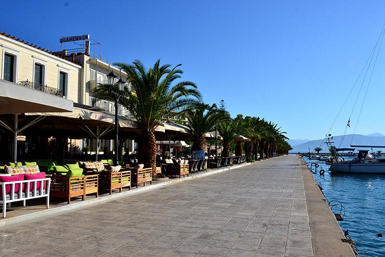 港周辺にレストランが並んでいます