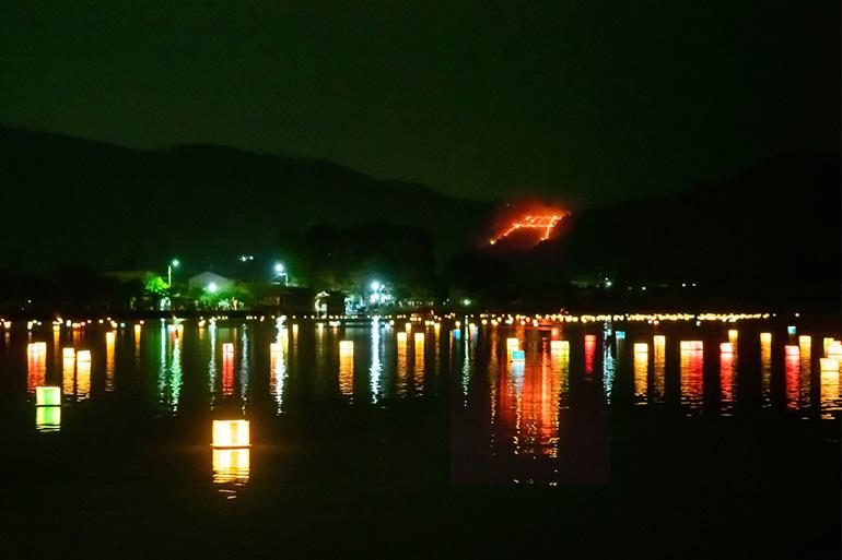 最後に点火される嵯峨鳥居本・曼荼羅山(まんだらやま)の「鳥居形松明送り火」。近くの広沢池では灯籠流しも行われる=Getty Images(2019年8月16日)