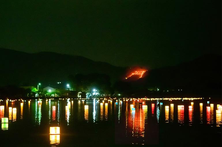 最後に点火される嵯峨鳥居本・曼荼羅山(まんだらやま)の「鳥居形松明(たいまつ)送り火」。近くの広沢池では灯籠(とうろう)流しも行われる2019年8月16日=Getty Images