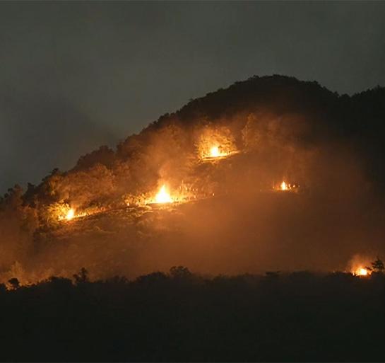 百萬遍知恩寺から望む「大文字送り火」の点火© Kyoto Broadcasting System Company Limited. All Rights Reserved
