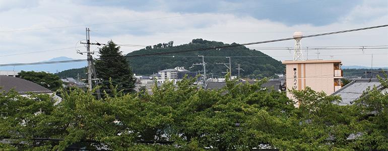 水口城資料館の2階から古城山の水口岡山城跡を望む