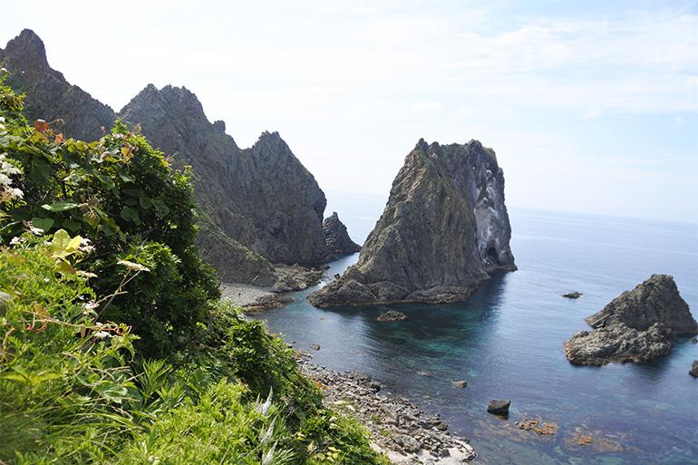 豪快な地形の島武意海岸。アイヌの言葉で「シュマ・ムイ」、岩の入り江という意味