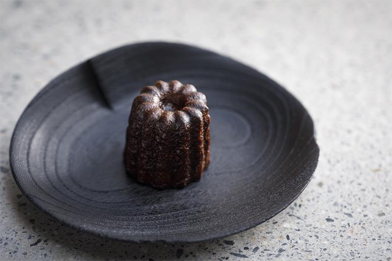 デザートに人気の「カヌレ」(400円・税込み)。薪窯でミルクに燻香を付け焼き上げる