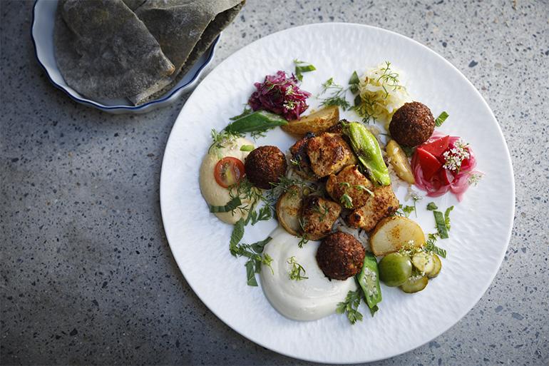 ランチの「チキンファラフェルミックス」(2500円、税込み)。季節の野菜の前菜やグリル、ハーブがちりばめられた一皿