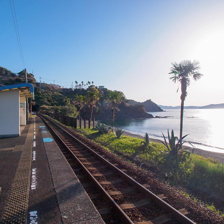 渚から水平線まで一望できる至福のベンチ 高知県・安和駅