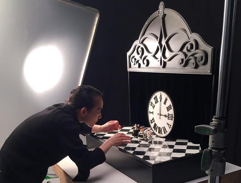 セッティングの撮影現場<br>PHOTOGRAPHY / MACHIKO HORIUCHI<br>RETOUCH / KANAKO SATO (VITA) <br>SET DESIGN / TAKASHI SAKURADA