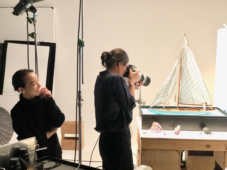 フォトグラファーの堀内麻千子さんとの撮影現場。ひとつのクリエーションに一緒になって取り組んでくださる仲間がいることは、とてもありがたく幸せなことです