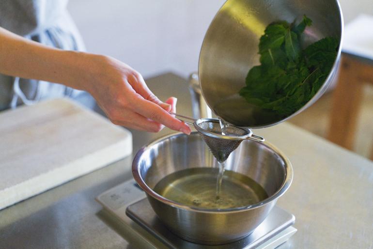 ミントをお湯に浸(つ)けて5分ほどおけばミントティーの完成