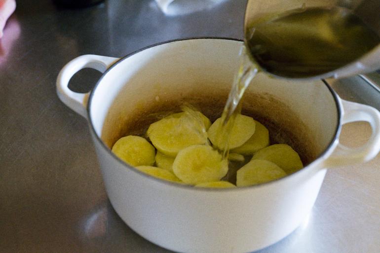じゃがいもは7mm程度にスライスして20分ほど煮込むと軟らかくなります