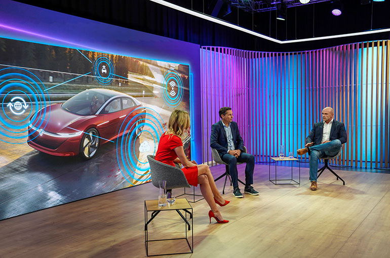 VWの「ソフトウェア・オフェンシブ 」(デジタル時代におけるソフトウェアによる攻勢)と題したオンラインでの記者発表の光景(画面右が開発担当重役のトマス・ウルブリッヒ氏、中央が販売担当重役のクラウス・ツェルマー氏)