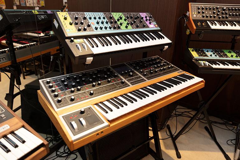 Moogのアナログシンセサイザー、Matriarch(上)とMoog One(下)