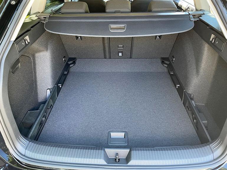 ゴルフ・ヴァリアントの荷室は広く、後席バックレストも簡単に倒せるので拡張性が高い