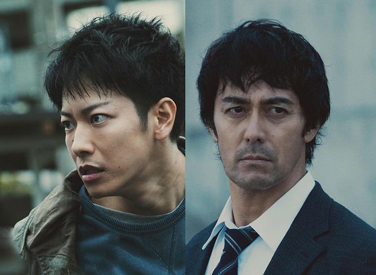 連続殺人事件の容疑者、利根泰久(佐藤健さん・左)と刑事の笘篠誠一郎(阿部寛さん) (c) 2021 映画「護られなかった者たちへ」製作委員会