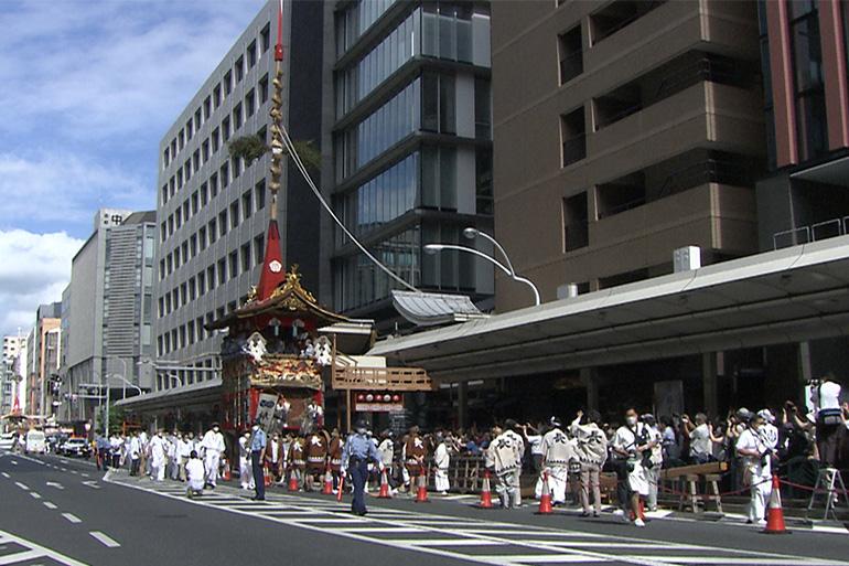 技術継承のため、2年ぶりに鉾建てが行われた長刀鉾。© Kyoto Broadcasting System Company Limited. All Rights Reserved