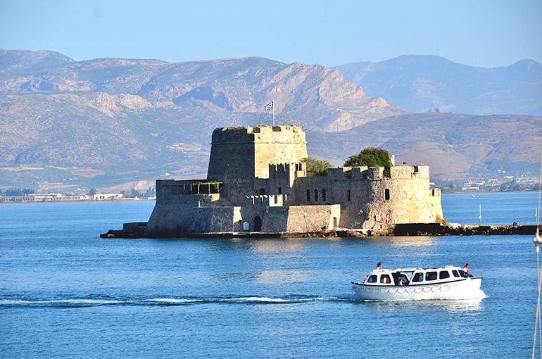 沖には城塞(じょうさい)の島、ブルジが見えます