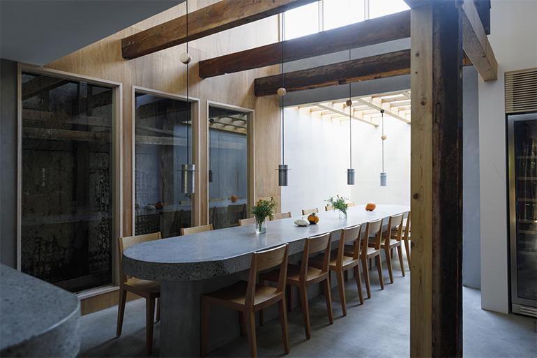 オーナー・長野浩丈さんの祖母の家をリノベーション。梁(はり)や土壁など既存の建物の持ち味を生かしつつ、石造りの大テーブルを主役にした空間に