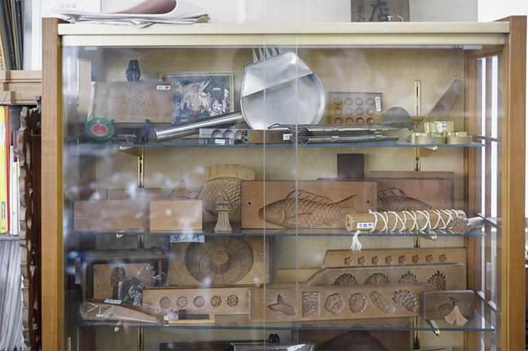 店の奥のショーケースには歴代のさまざまな木型が展示されている