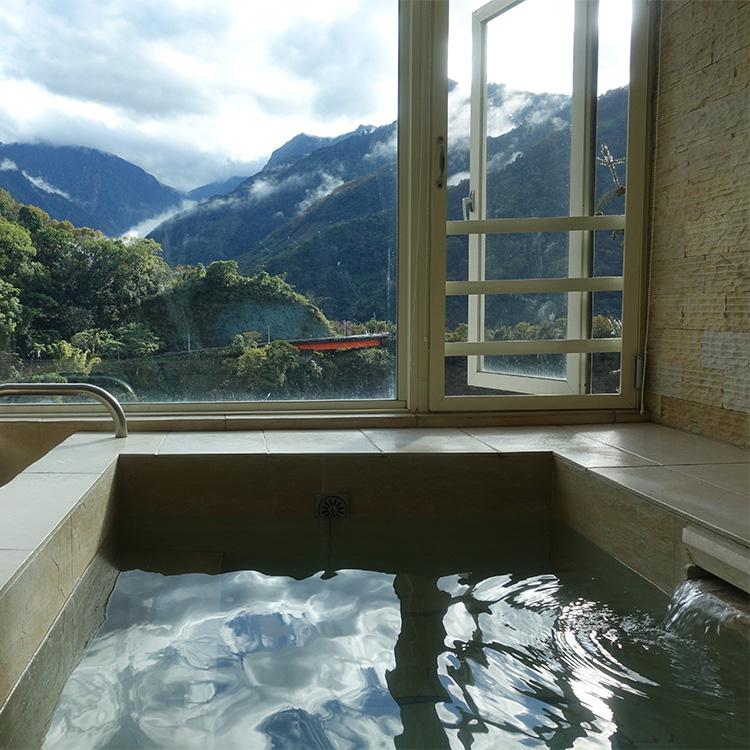 台湾最高峰の玉山を望む客室の温泉=東埔帝綸温泉渡假大飯店