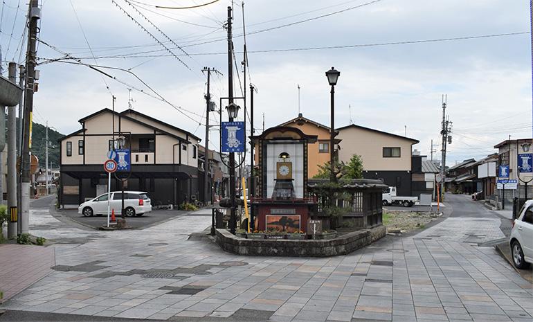 かつて石橋があった場所から三筋に分岐する。中央が旧東海道