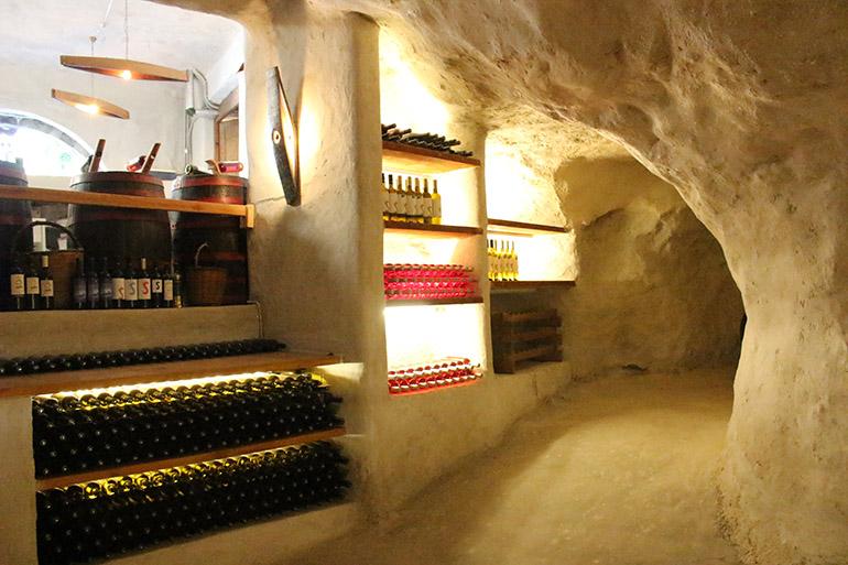 ワインは洞窟に貯蔵されている