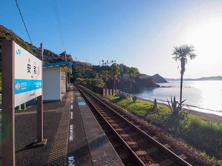 土讃線で唯一海に面する、安和駅のホーム。となりの土佐新荘駅も海を望むが、海岸までは少し距離がある