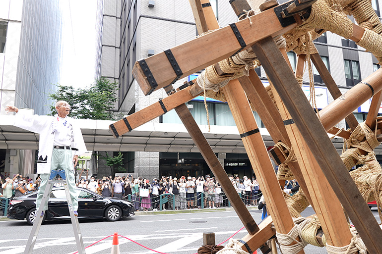 「縄がらみ」という技法で、釘を使わず縄だけで木材を組み上げる。真木が立つと拍手が。© Kyoto Broadcasting System Company Limited. All Rights Reserved