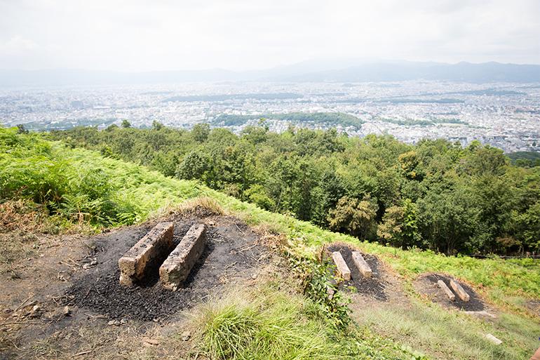 大文字火床からの市内の眺め。3時間もあれば登山できるため市民にとって身近な山=撮影:津久井珠美