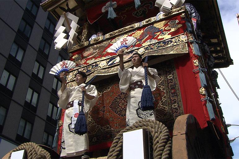 長刀鉾の前面に立ち、扇子と掛け声で指揮をとる音頭取© Kyoto Broadcasting System Company Limited. All Rights Reserved