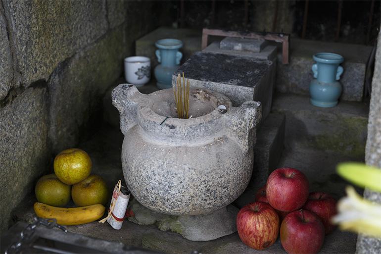 大文字火床の上には弘法大師堂があり、送り火の日には献花や供物が捧げられる