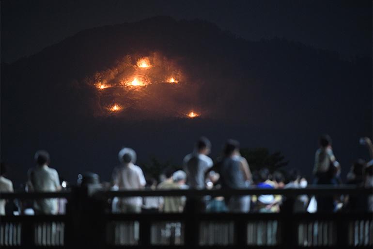 コロナ禍の影響で、6灯のみの点火となった東山・如意ヶ嶽の大文字。他4山は1~2灯のみ=2020年8月16日©朝日新聞社