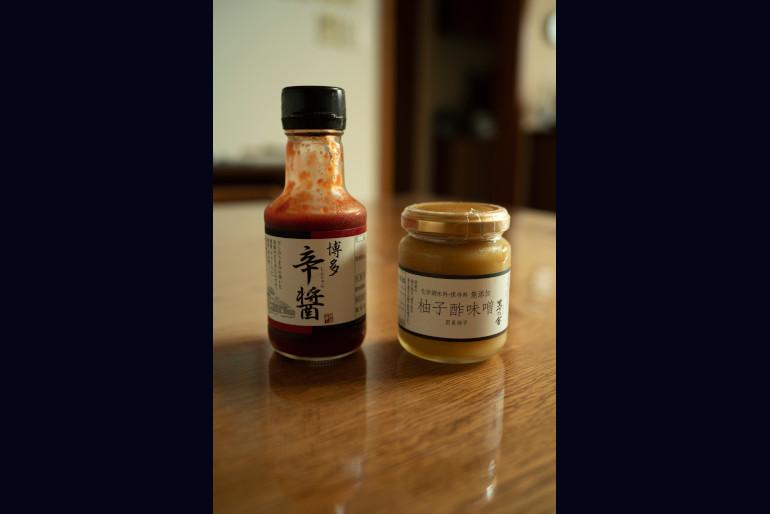 <切らしたら困るもの>博多辛醤(しんじゃん)、柚子(ゆず)酢味噌(みそ)(久原本家食品)。前者は炒め物に、後者はディップとして使う