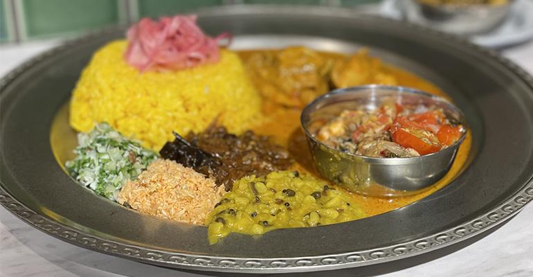 スリランカ風のチキンカレーとインドの豆料理ダルがワンプレートに集合