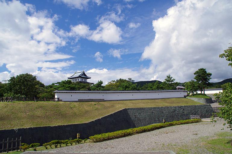 復元整備された二の丸の土塁と石垣