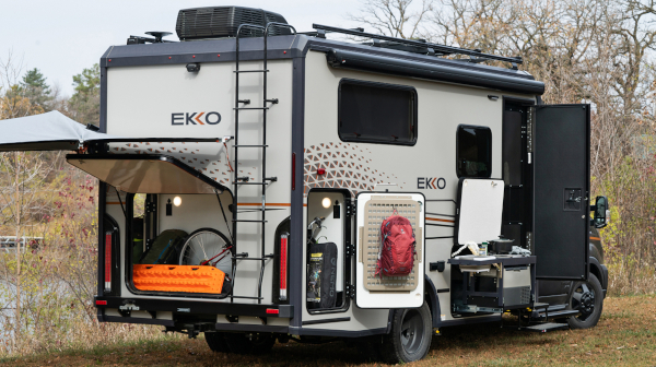 快適な居住性を持つ米国のキャンピンカー「EKKO」