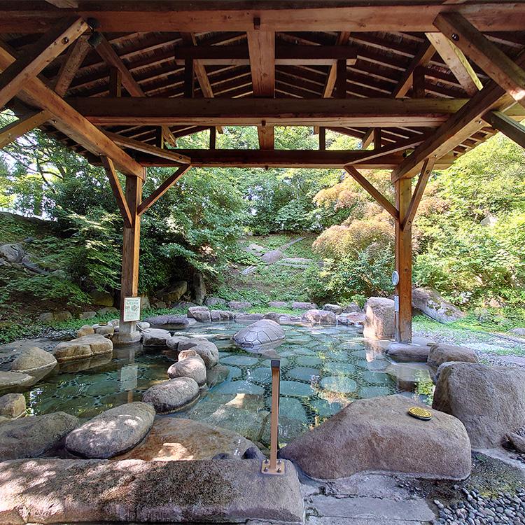 温泉と冷たい源泉に入れる露天風呂=新潟県阿賀野市の村杉温泉「長生館」