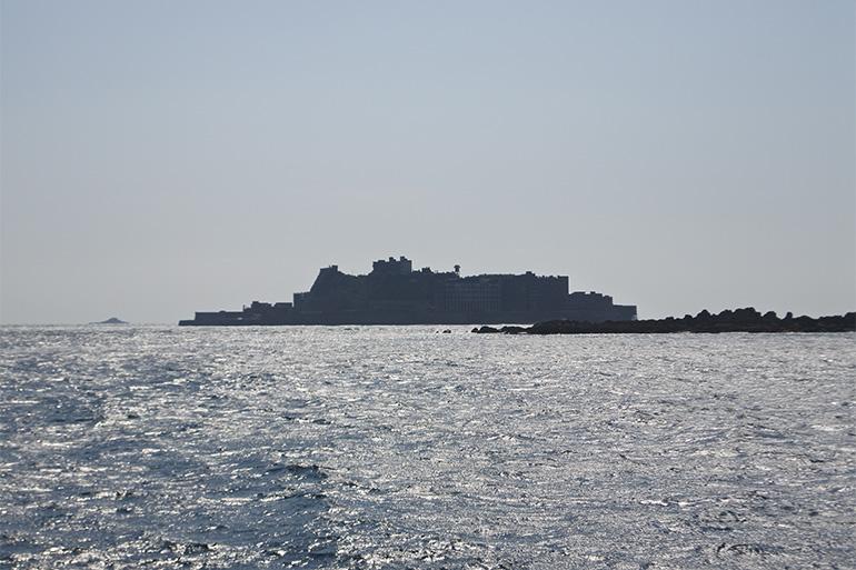 シルエットはまるで軍艦のよう。正式名は端島