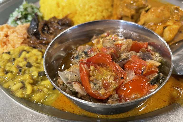 三つ目のカレーはサバのうまみとトマトの酸味のバランスが絶妙な「サバとトマト」