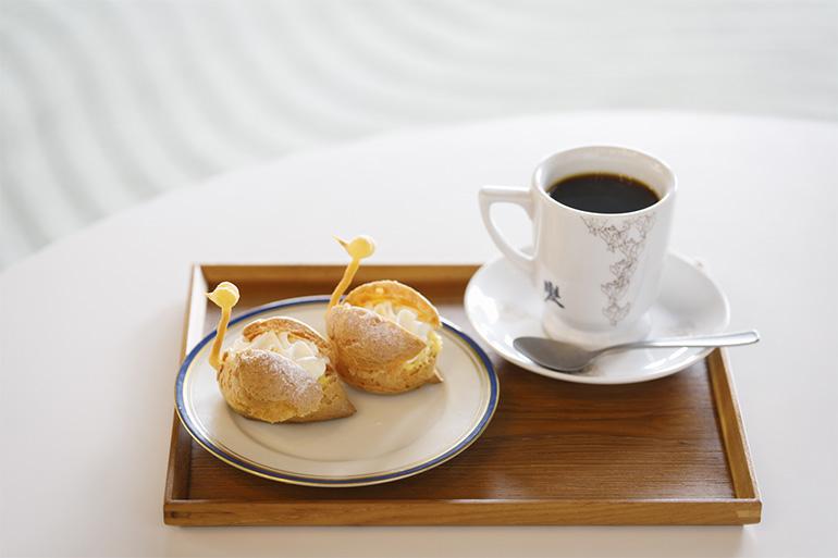 「NIWA café」でいただける「スワンシュー」(1個200円)、「NIWA caféコーヒー」(単品300円、フードとセットで200円)。いずれも税込み