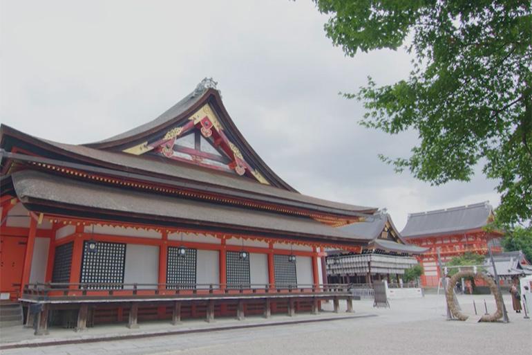 国宝に指定された八坂神社の本殿は、広さ約400坪、高さ15メートル以上。本殿と拝殿、いくつもの部屋を一つの大きな屋根で覆う独特の内部構造を持つ© KBS京都/TOKYO MX/BS11