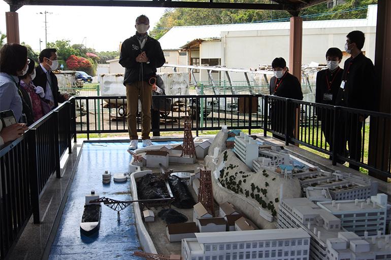 高島にある軍艦島の模型で説明を受けました。上から見ると、わかりやすい!
