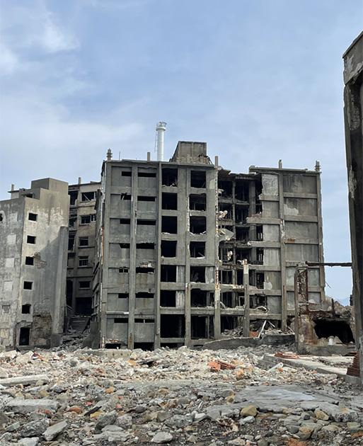 見学コースで立ち寄る、日本初のコンクリート造りの7階建て集合住宅©軍艦島上陸クルーズ