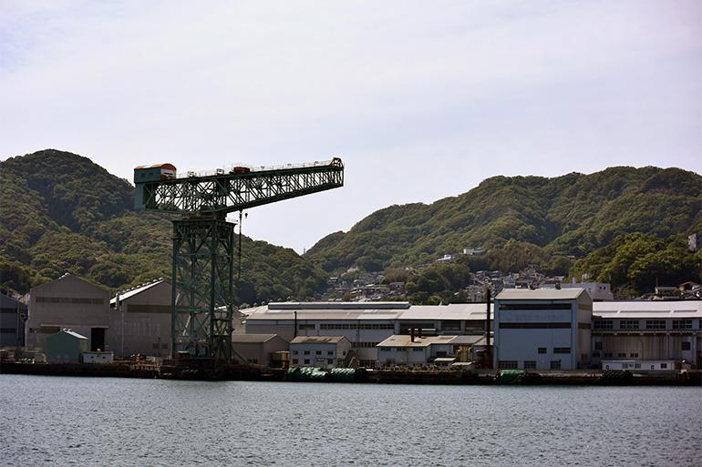 現役で稼働する同型の世界中のクレーンのうち、最も古い電動クレーンであるジャイアント・カンチレバークレーン(三菱長崎造船所)など、世界文化遺産「明治日本の産業革命遺産」の前を通りすぎて、軍艦島へ