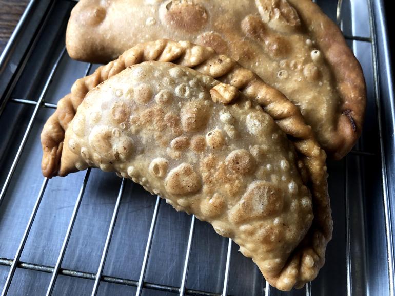 端はカリカリ、中心はサクもふっ。チベット風ズッキーニ揚げパン