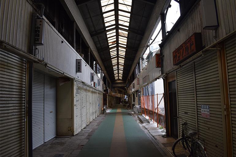 シャッター街と化している市場の一部