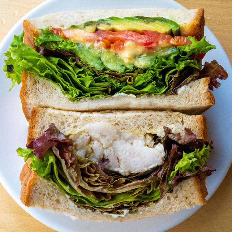野菜とフムスのサンドイッチ、自家製ツナとレモンのサンドイッチ
