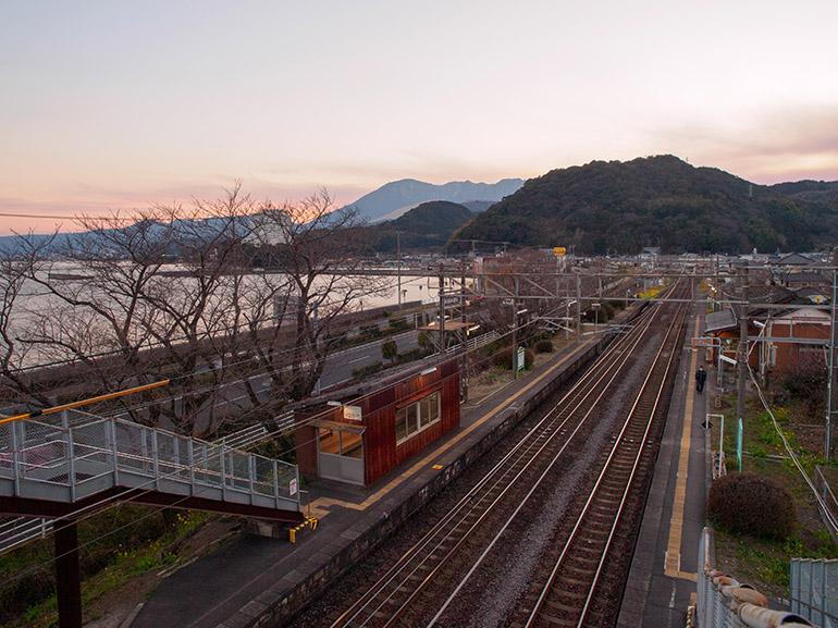 跨線橋からの景色。駅と海の間には国道10号が通る