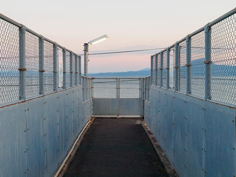 高いフェンスのおかげで、余計なものがほとんど目に入らない。ただ空が暮れていく