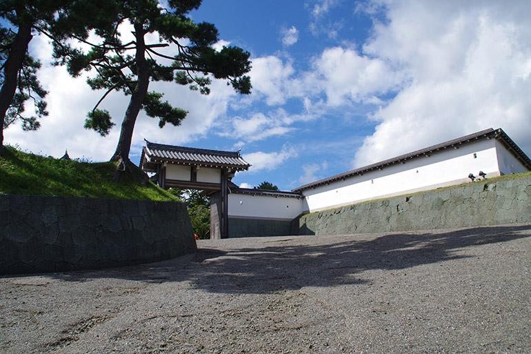 松前城に復元された搦手(からめて)二の門