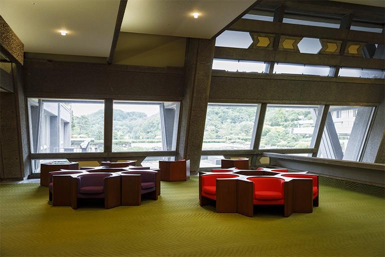 剣持勇氏デザインのソファ。六角形の面と面を合わせることで、さまざまな形につなげることができる