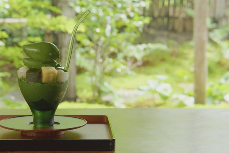 すべての素材を料理人が手作りする「無碍山房」のスペシャリテ「濃い抹茶パフェ」。四季折々の庭園の風景とともに味わいたい© KBS京都/TOKYO MX/BS11
